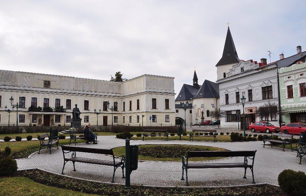 Zámek uzavírá jednu stranu historického (a moc pěkného) náměstí v části Karviné zvané Fryštát.
