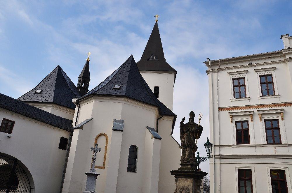 Socha svatého Patrika je jednou z mála vyobrazení tohoto světce v Česku. Stojí u kostela v Karviné-Fryštátu.