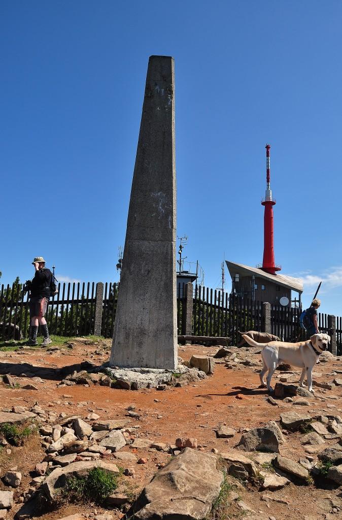 Vrchol Lysé hory je vyznačen betonovým monolitem. Najdete na něm i hladící bod (doporučuje se hladit tento bod, nikoliv turisty a turistky v dosahu):-)