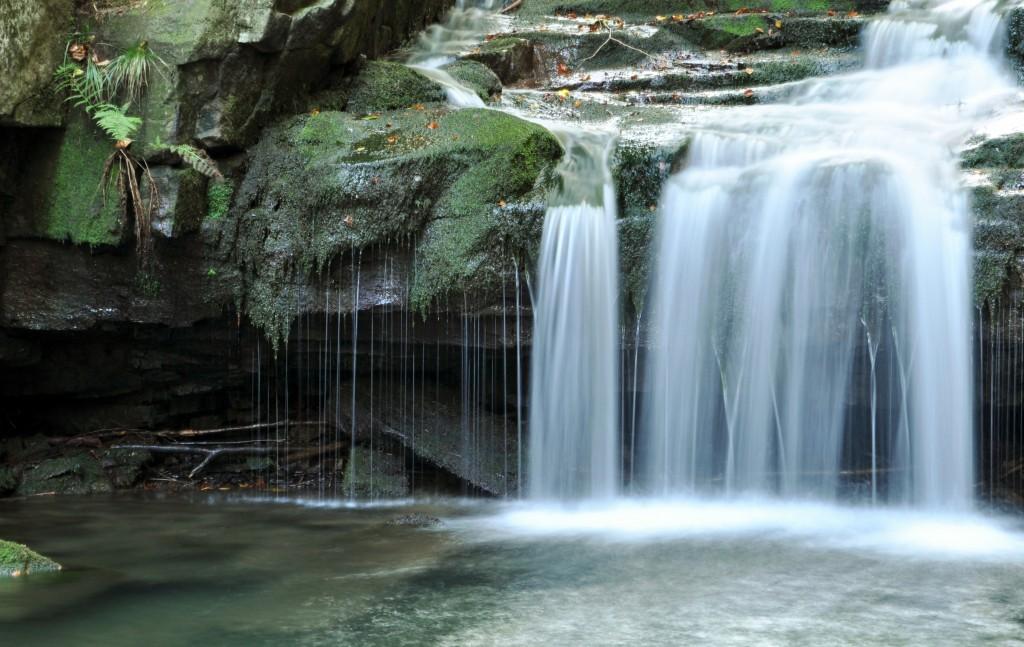 Satinské vodopády jsou jedním z nejmalebnějších míst těchto hor. Turista je najde v masívu Lysé hory nad Malenovicemi.
