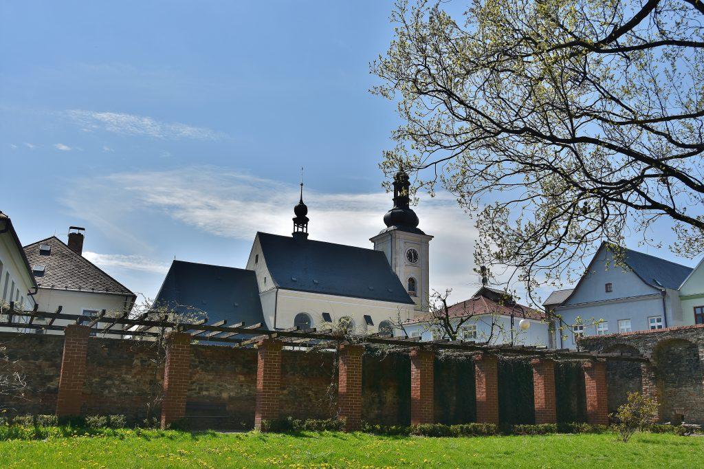Z bývalého zámku v Odrách zbyl jen park a hradební zdi.