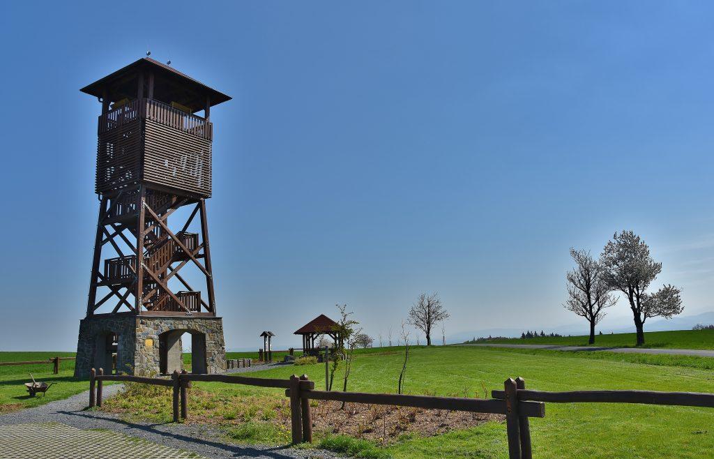 Z věže v Pohoři je vidět Praděd i Lysá hora.