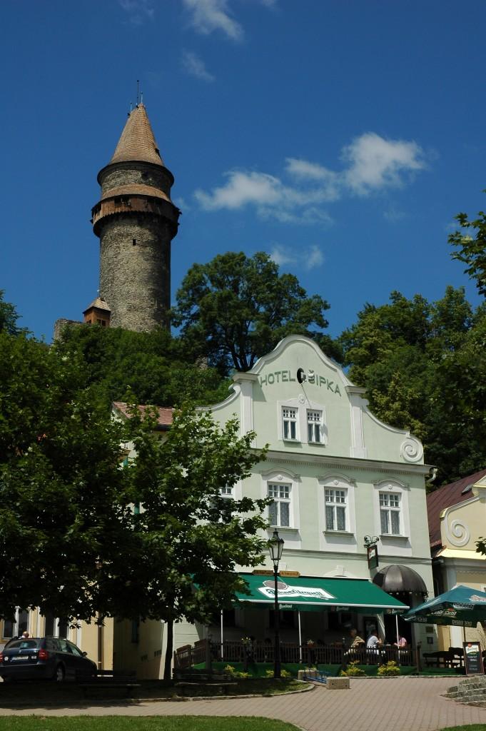 Pohled na Štramberskou trúbu z historického náměstí.