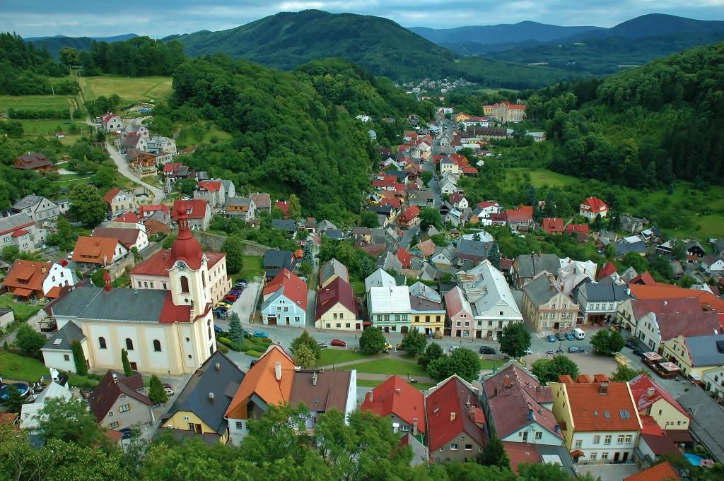 Pohled na Štramberk z vyhlídky věže Trúba. Pozadí tvoří panorama Beskyd.