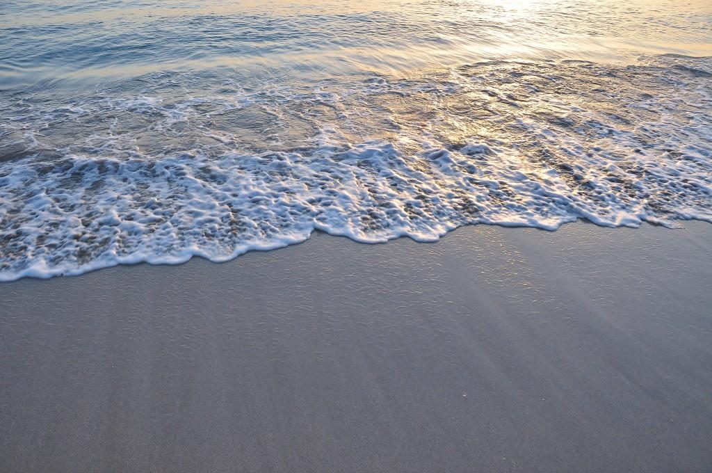 Neposkvrněné písčité pláže za svítání.