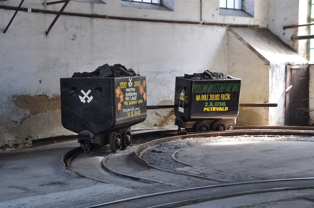 Poslední vozíky s uhlím, které opustily zdejší Důl Anselm.