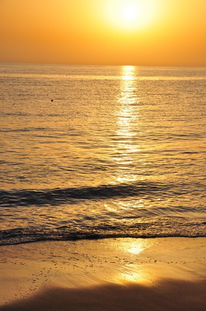 Nad Ománským zálivem svítá.