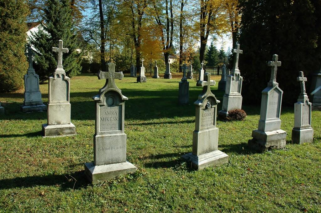 Kostel obklopuje hřbitov. Na rozdíl od kostela, který je replikou původního, hřbitov přečkal požár z roku 2002.