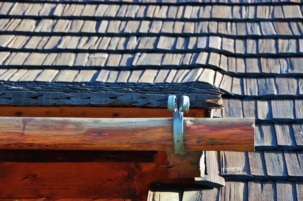 Střecha kostela je pokryta dřevěným šindelem a dřevěné jsou i okapy.