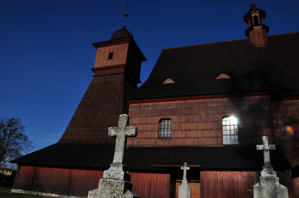 Z fotografie by člověk řekl, že kostel v Ostravě-Hrabové stojí někde na beskydském vrcholu.
