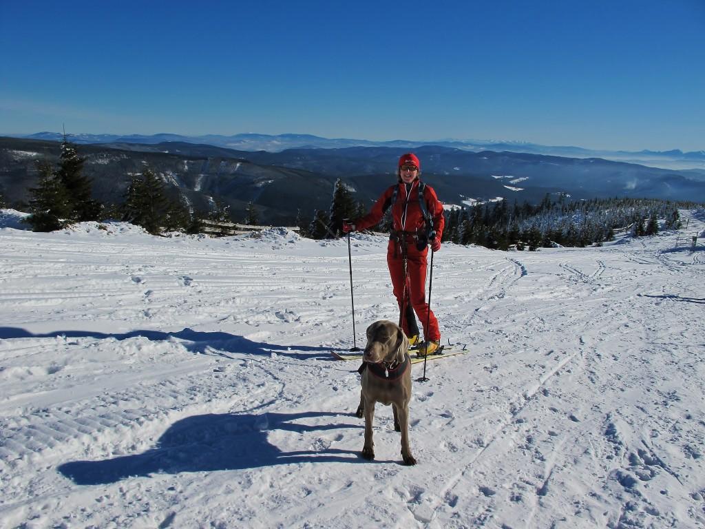 Na vrcholy hor vycházejí pěší, cyklisté, běžkaři, běžci, skialpinisté, pejskaři. Někdy potkáte i skialpinistku a pejskařku v jednom.