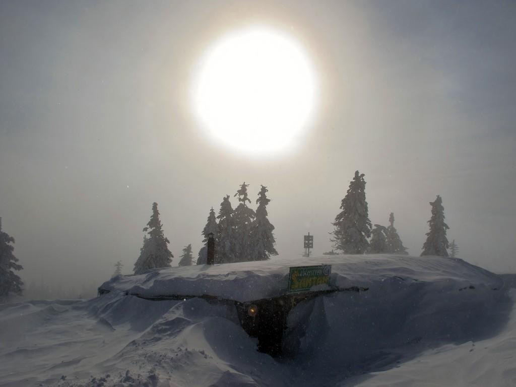 Slunce se klube z mlhy nad hospodou Šantán, kterou už na Lysé hoře nenajdete.