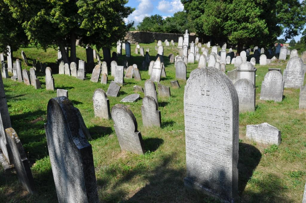 Židovský hřbitov v Osoblaze je dnes opraven a je jedním z magnetů, který přitahuje turisty do této oblasti