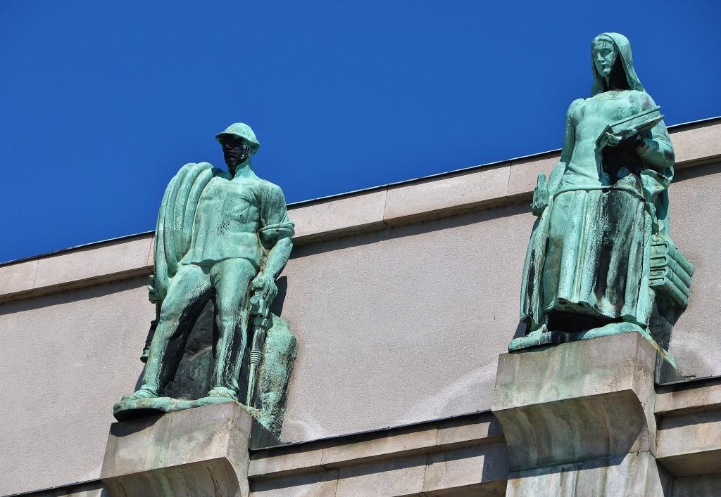 Podobně jako mnoho jiných budov v centru města i Novou radnici zdobí sochy horníků, hutníků a rolnických žen.