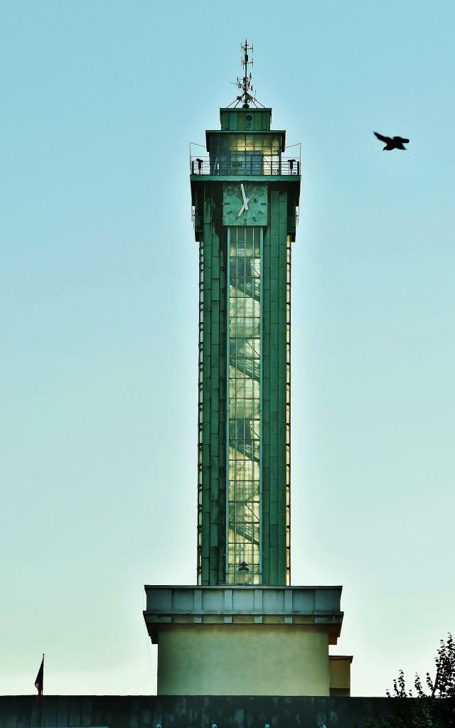 Na Ostravou svítá a prosklenou radniční věž prozáří ranní slunce.