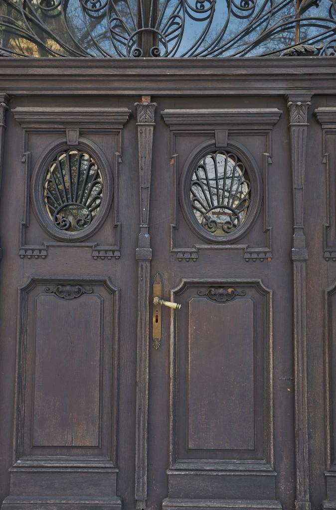 Stále historií vonící dveře do zámecké budovy.