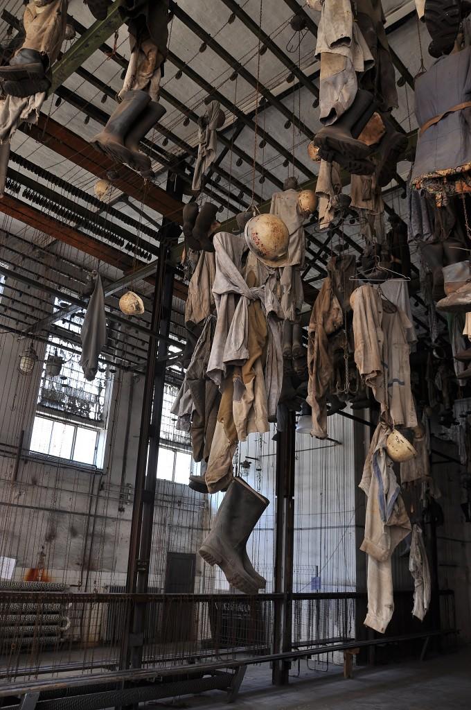 Hornická šatna. Na řetízku si havíři vytáhli ke stropu své oblečení, vše uzamkli visacím zámkem a šli rubat uhlí.