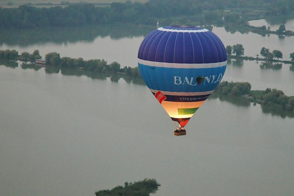 Když pilot přidá plyn, vypadá balon jako obří lampion.