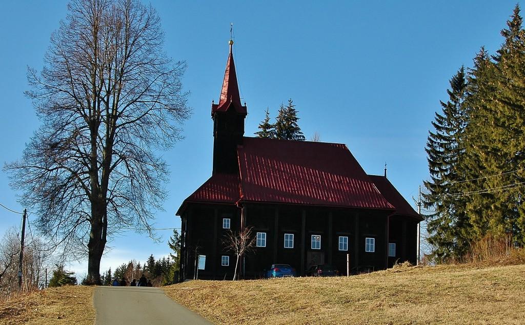 Dřevěný kostel na hřebeni Grúně.