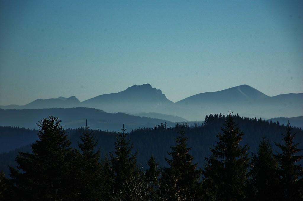 Velký Rozsutec, skalnatý vrchol Malé Fatry. Takto je vidět z hřebene beskydského Grúně.