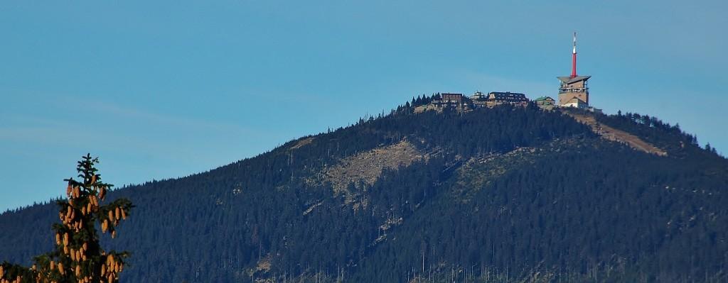 Výhled na Lysou horu z Grúně. Lysá hora vypadá z každého směru jinak.