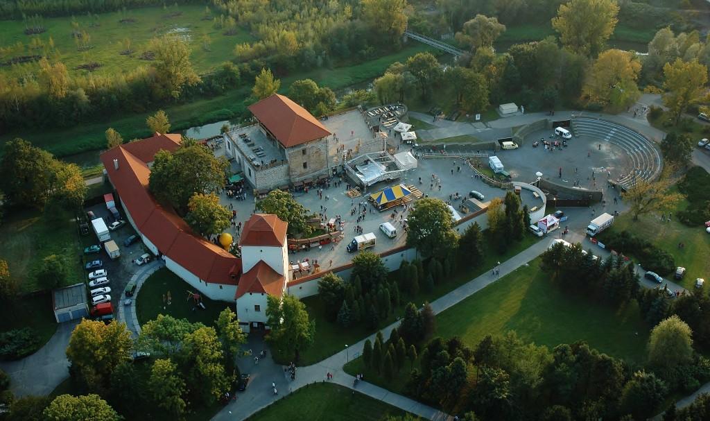 Jedna z nejznámějších ostravských památek - Slezskoostravský hrad z ptačí perspektivy.