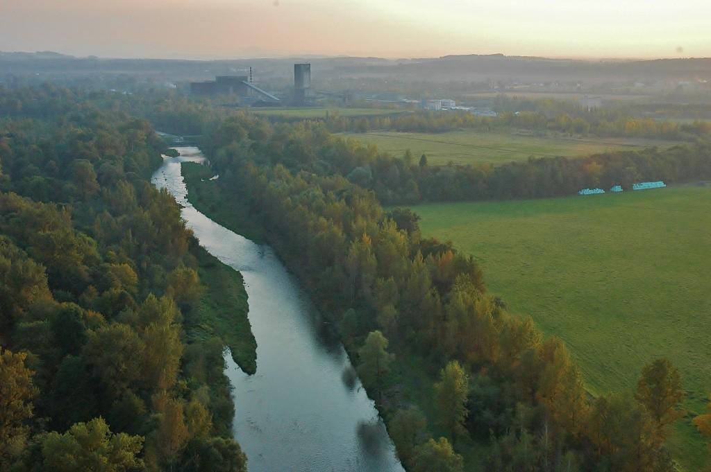 Balon letí tam, kam vane vítr. Vzdušné proudy nás vedly korytem řeky Ostravice.