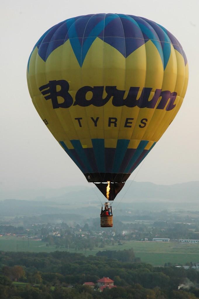 Pilot přidává plyn a balon stoupá.
