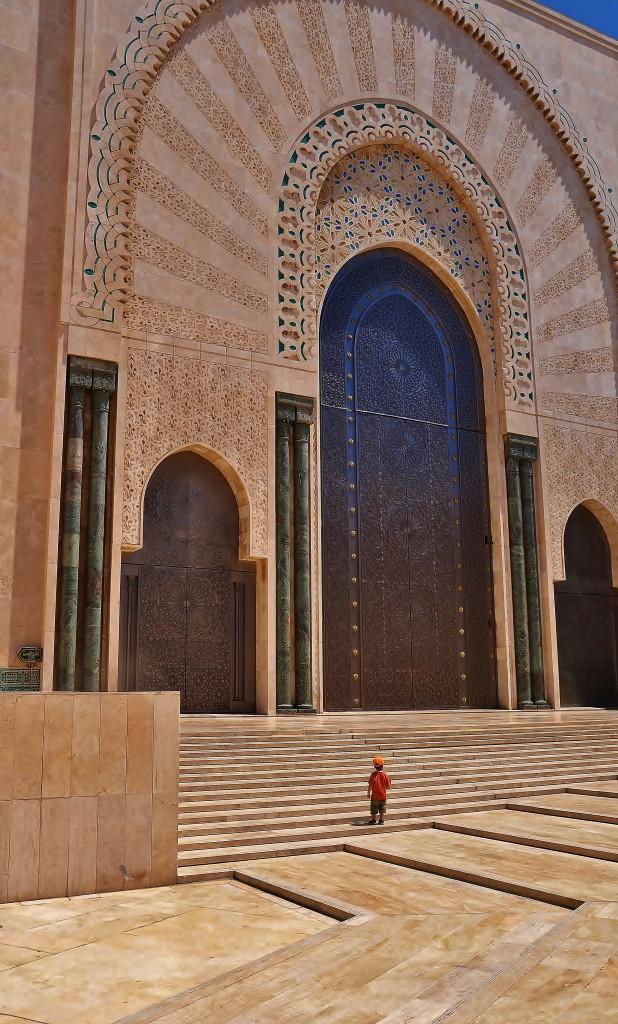 Mešita v Casablance vznikla v podstatě proto, že jinak v tomto městě není mnoho míst, která stojí za návštěvu. Proto bylo v roce 1993 dokončeno toto impozantní dílo, které je dnes jednou z největších mešit světa. Minaret je vysoký přes 200 metrů!