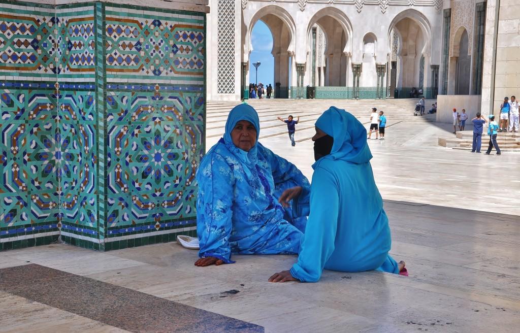 Berberské ženy vysedávají před mešitou v Casablance.