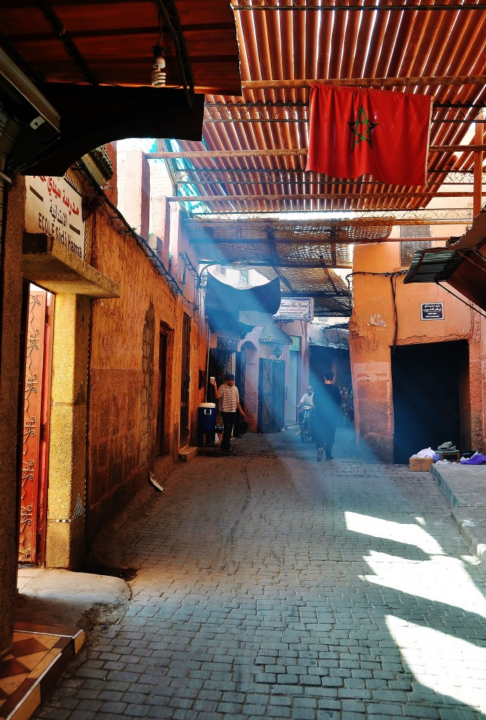 Sluneční světlo prosvětluje prach tržiště.