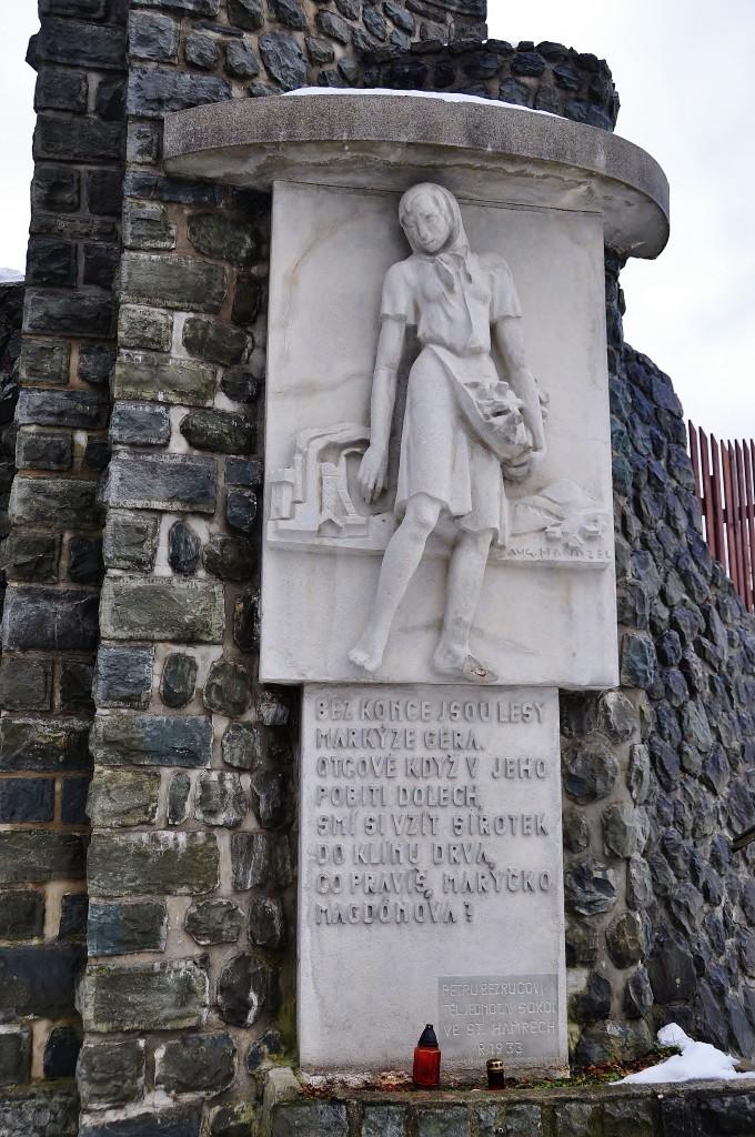 Maryčka Magdonová, chudá děvucha z Beskyd má svůj pomník ve Starých Hamrech u hřbitova. Její hrob však turisté hledají na tomto hřbitově marně. Maryčka je pochovaná jinde.