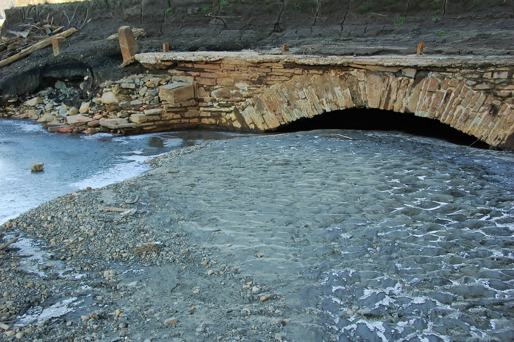 Starý kamenný most stával na Starých Hamrech. Dnes je vidět jen pokud v přehradě Šance není voda.