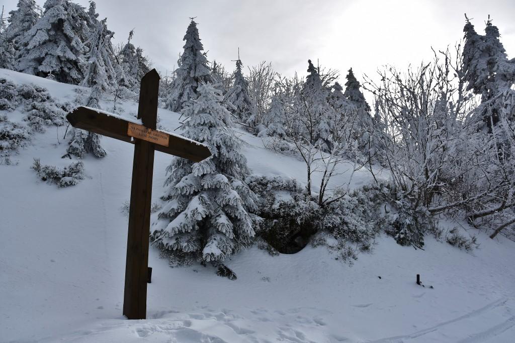 Symbolický hřbitov pod vrcholem Lysé hory je připomínkou toho, že vyjít na tuto horu není jako projít se obchodním centrem...