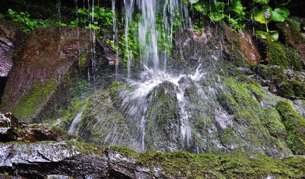 Kouzlo vody padající z kamenných kaskád Bučacího vodopádu.