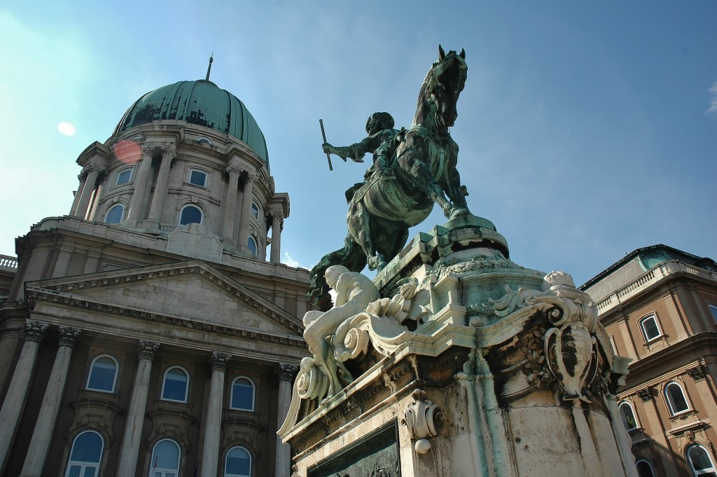 Jezdecké sochy, paláce, kostely. Vše ve velmi dobré stavu, jako kdyby je postavili včera. To je Budapešť.