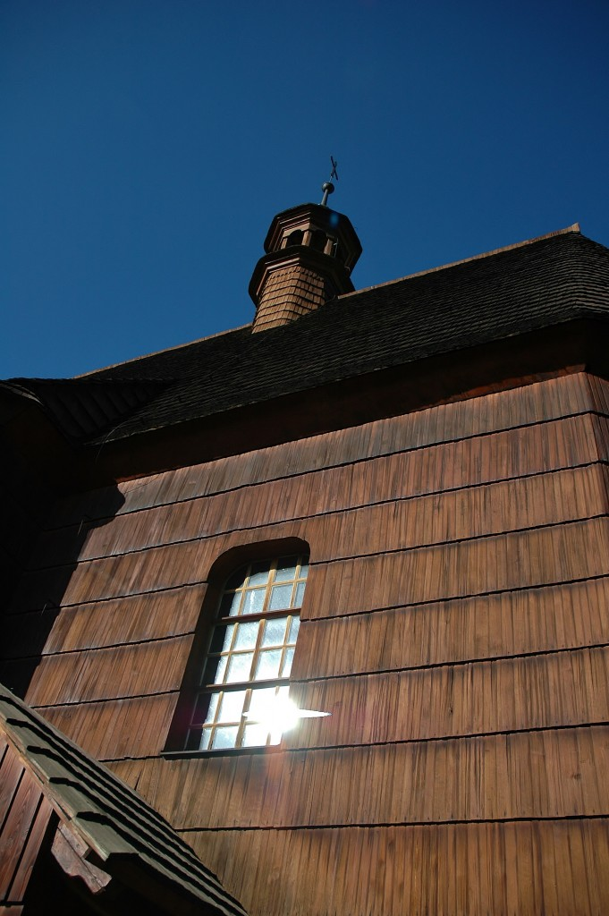 Ten náš kostelík, dřevěný, po požáru znovu vystavěný. My, z Hrabové víme, kde ta fotka vznikla.
