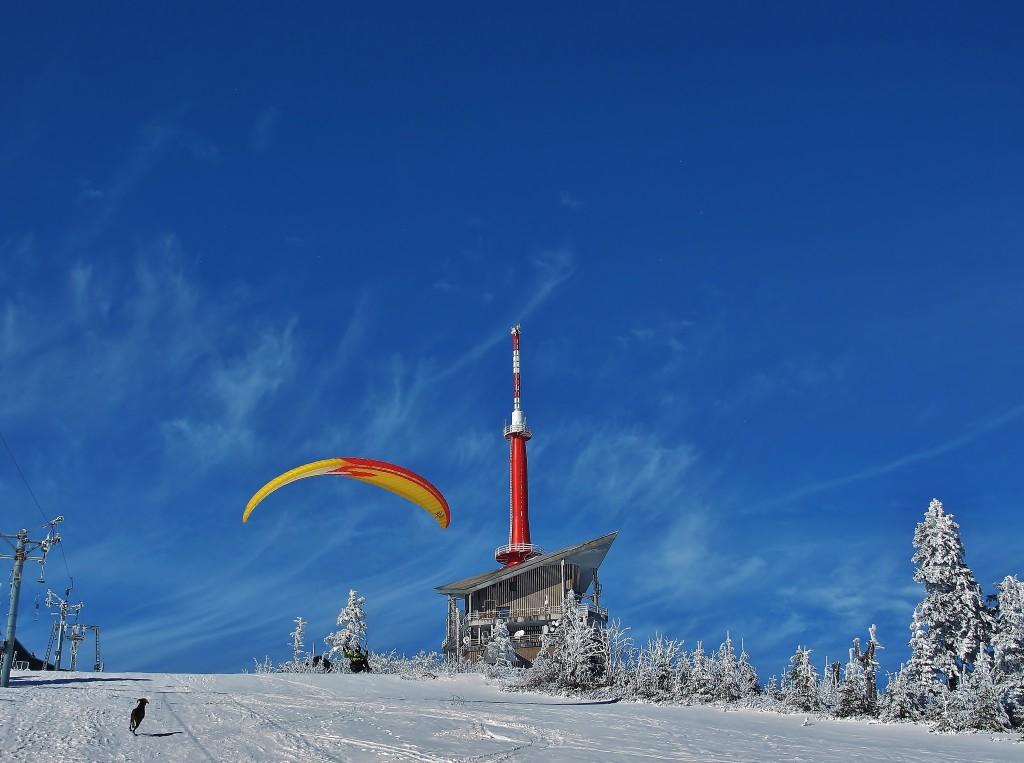 Vrchol Lysé hory nepřitahuje jen pěší turisty, běžkaře nebo skialpinisty.