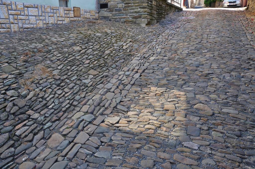 Dokonalá ukázka práce dávných dlaždičů. Kameny z říčky Lubiny jsou poskládány tak, aby odváděly vodu od domů.