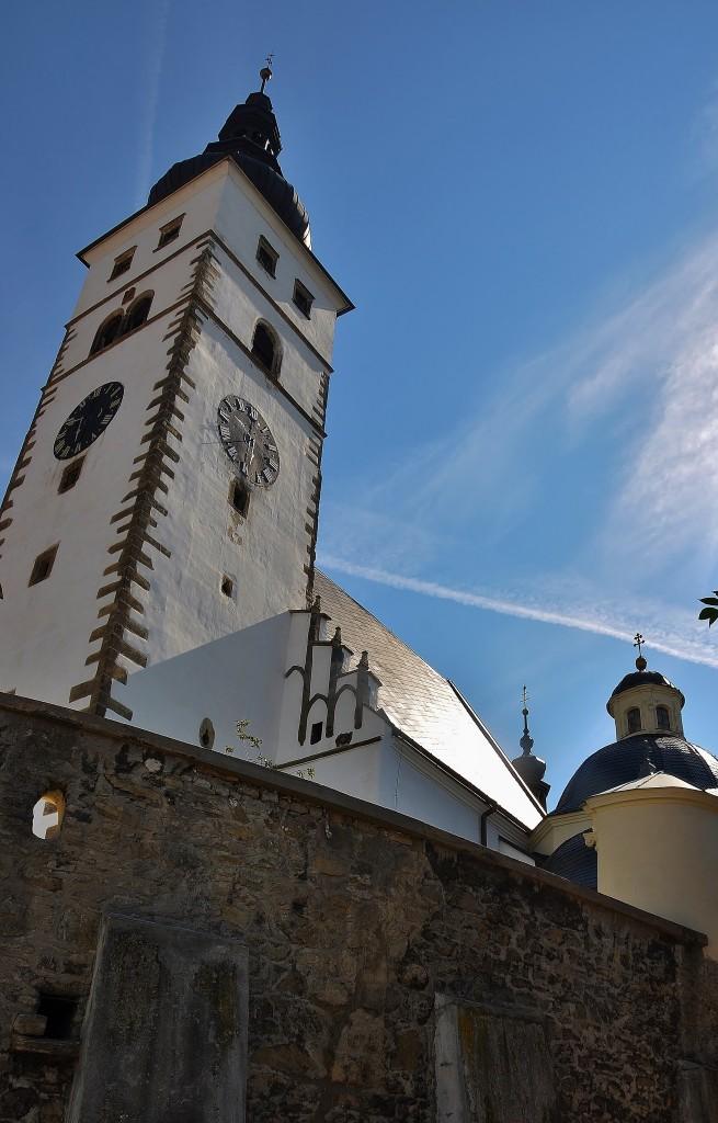 Kostel je postaven na návrší na nejvyšším místě města. V krajině se vyjímá jako maják na břehu moře.