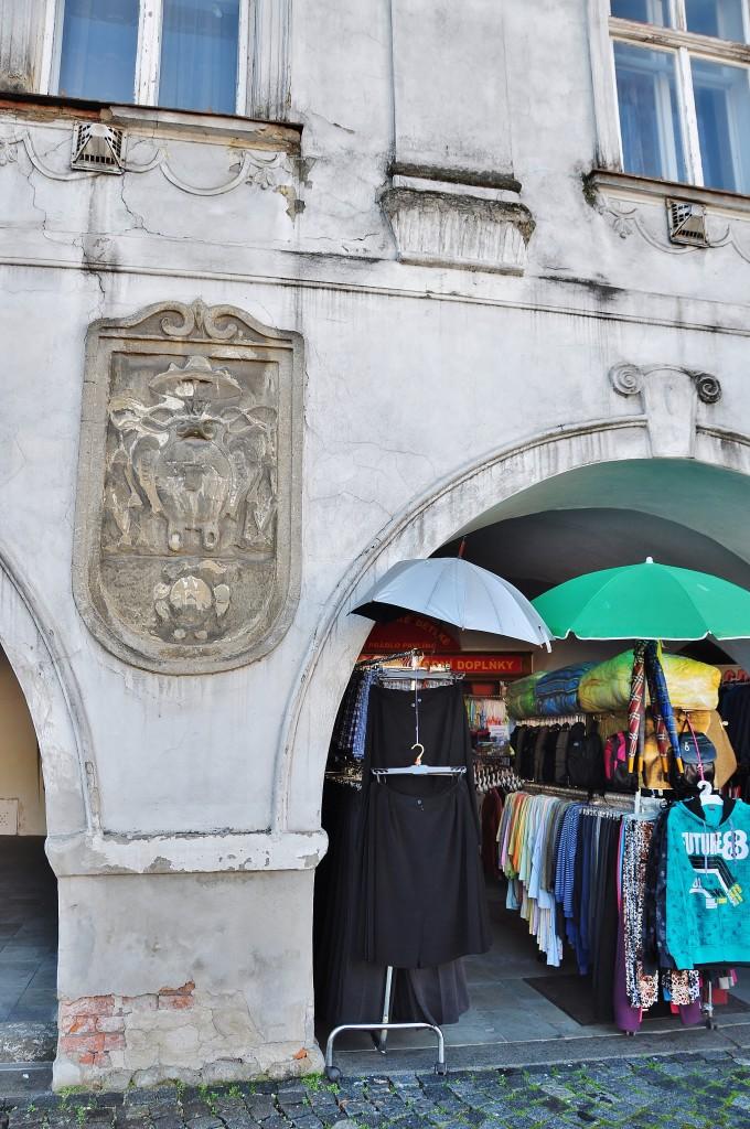 Podloubí starých domů na náměstí Sigmunda Freuda v Příboře slouží stále svému účelu. Jen středověké trhovce vystřídali prodavači triček.