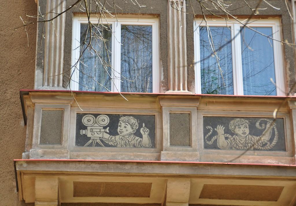 Malý kinoamatér na výzdobě jednoho z balkónů.