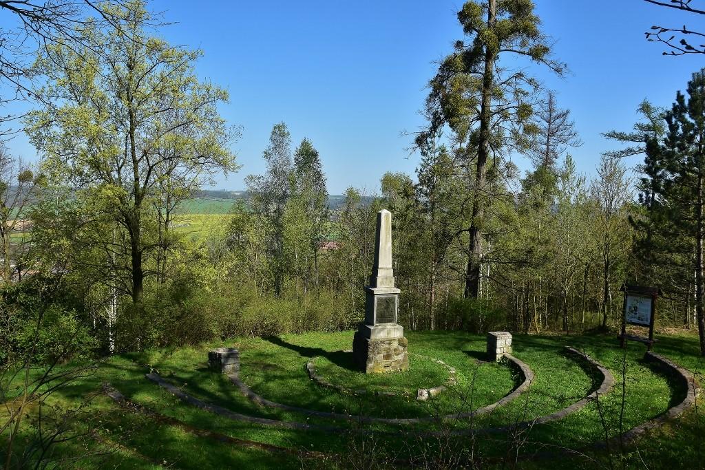 Tak tady, na návrší nad Fulnekem, vyučoval Komenský. A říkal svým žákům, že příroda je nejlepší učitelkou...