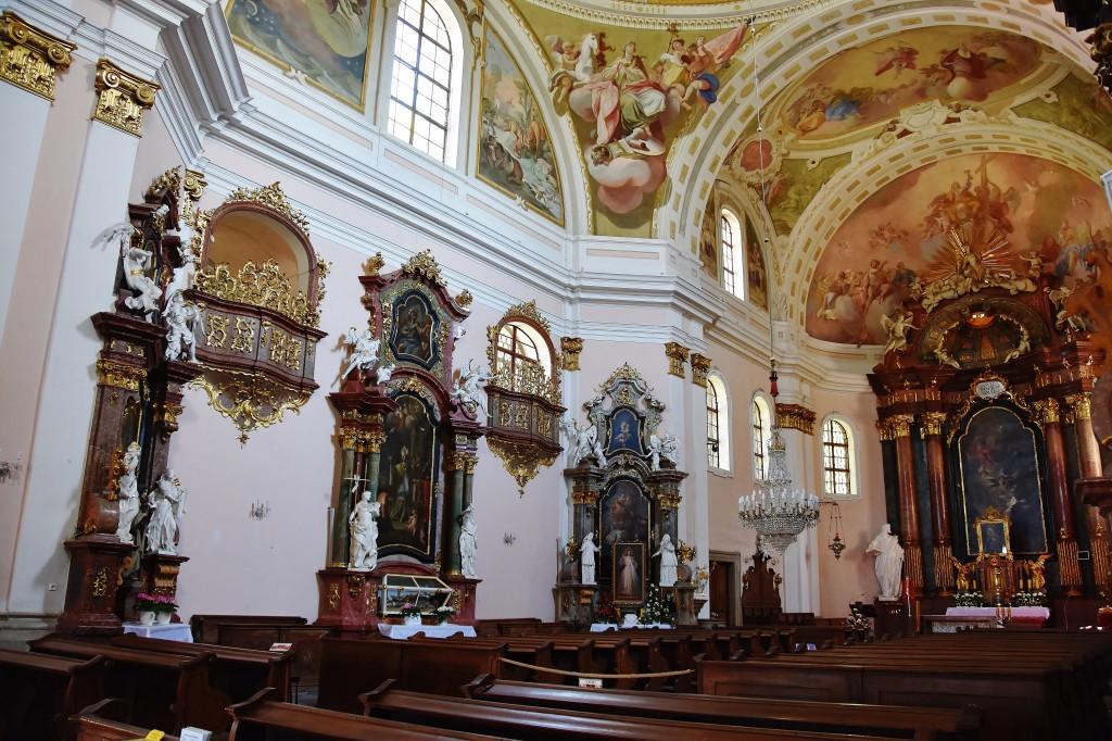 Barokní interiér kostela Nejsvětější trojice zdobí unikátní výmalba zvaná jako obrázková bible.
