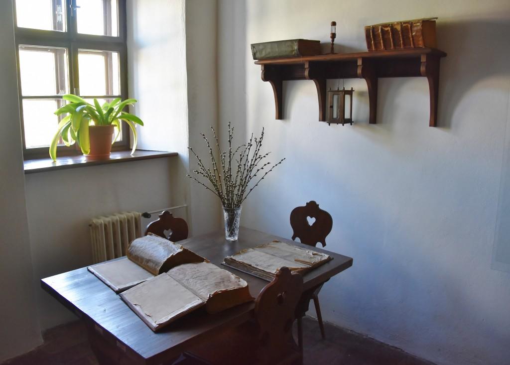 """Jako kdyby učenec, kazatel a myslitel Komenský právě odešel. tak vypadají místnosti v """"jeho"""" Památníku nedaleko fulneckého historického náměstí."""