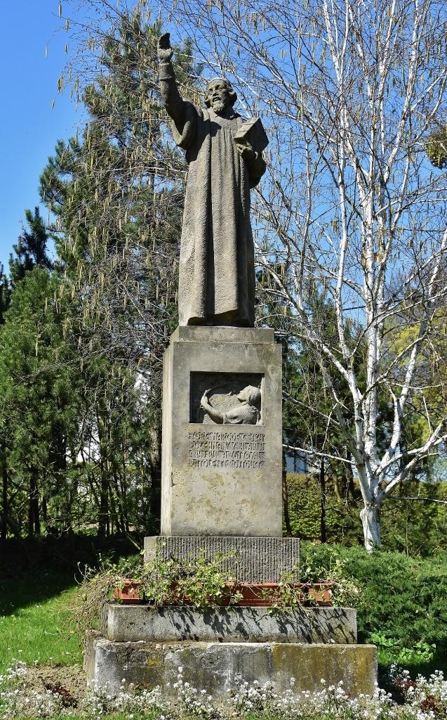 Jedna z fulneckých soch myslitele Jana Amose Komenského.