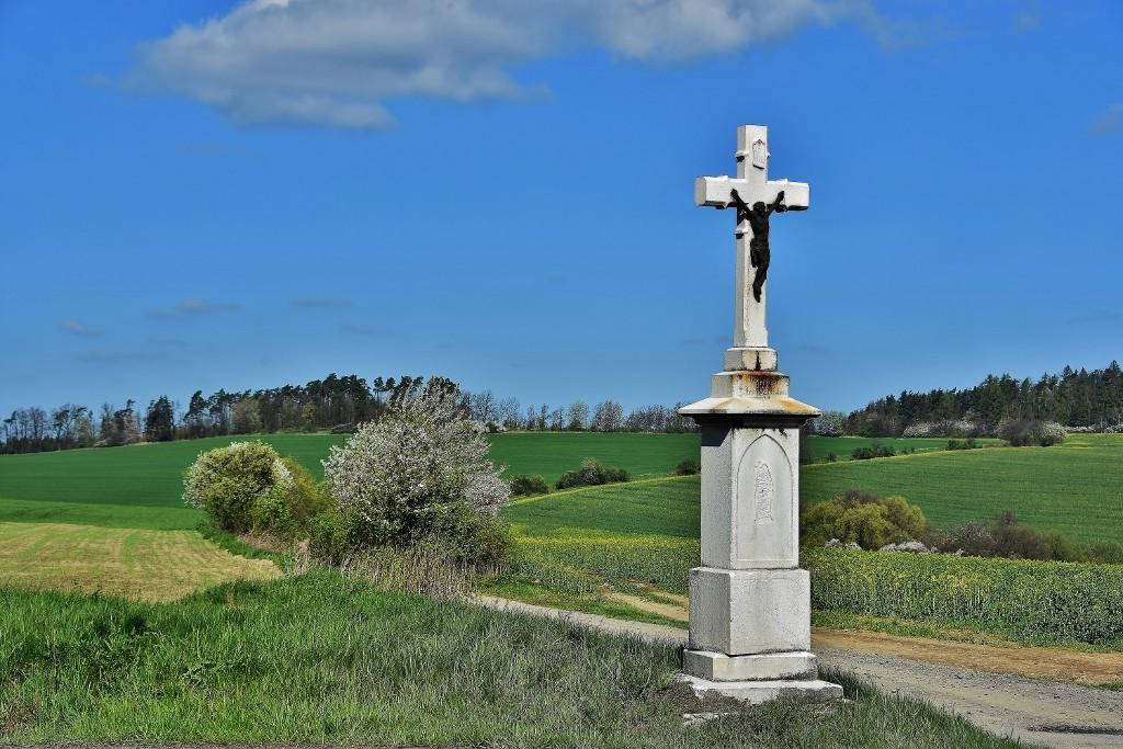 Kříž u cesty u Bílova.