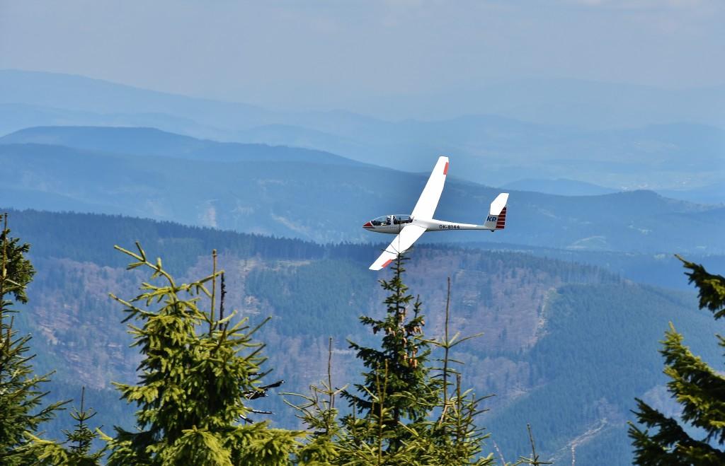 Nejen ze sedla jízdního kola, ale i s pilotní kabiny se dá kochat vrcholem Lysé hory.