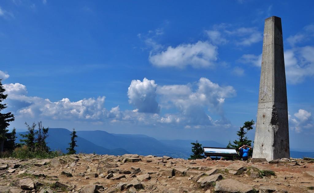 """Vrchol Lysé hory zdobí betonový monolit s tak zvaným """"hladícím bodem"""" a výhledy do krajiny."""
