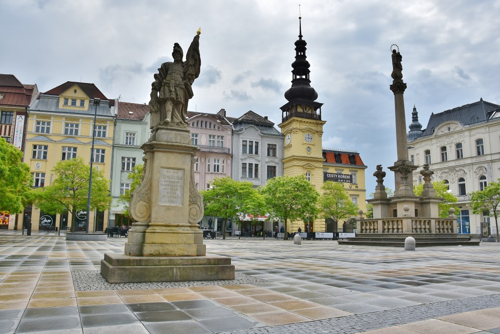 Masarykovo náměstí v Ostravě zdobí socha Svatého Floriána, morový sloup a budova bývalé ostravské radnice.